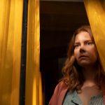 """目撃した《恐ろしい事件》は""""現実""""か、それとも""""幻覚""""か…―Netflix映画『ウーマン・イン・ザ・ウィンドウ』〈予告編〉解禁"""