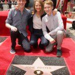 """""""夢が叶った""""ジョディ・フォスターがハリウッドの殿堂入りで星型プレート披露"""