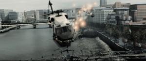『エンド・オブ・キングダム』フレアでミサイルを回避するヘリコプター