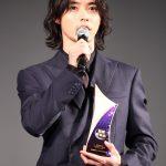 山﨑賢人「アジアの作品にもチャレンジしていきたい」―「WEIBO」最優秀俳優賞受賞