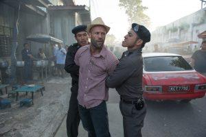 ハットをかぶり警官を睨む衝撃的なチョイ悪スタイル