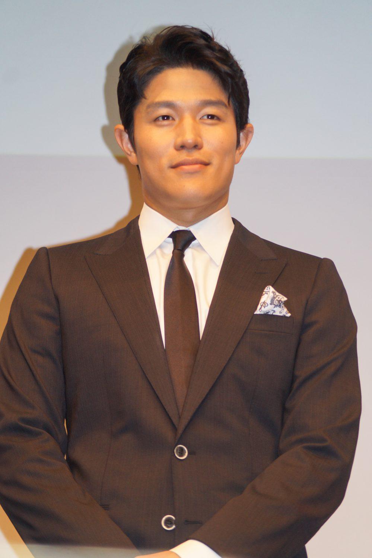 鈴木亮平のスーツ姿