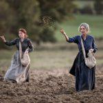 ナタリー・バイ、ローラ・スメット母娘が映画初共演!―第一次大戦下のフランスで必死に農場を守り続けた三人の女たちの物語『田園の守り人たち』公開決定