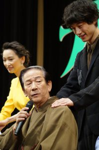 小松政夫の肩をもむ坂口健太郎
