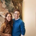 エディ・レッドメイン&アリシア・ヴィキャンデルがリリーの画をバックに会見