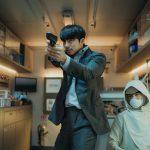 """""""頼れる男""""コン・ユがパク・ボゴムを守るため銃を構える!―『SEOBOK/ソボク』〈場面写真〉解禁"""