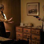 銃を向けられるダイアン・レイン!ケビン・コスナーと手をつなぐ仲睦まじい姿も―『すべてが変わった日』〈場面写真〉解禁
