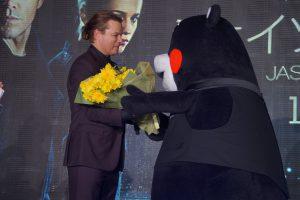 くまモンから花束を受け取るマット・デイモン
