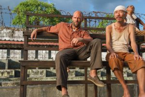 刑務所のベンチで佇む囚人服スタイル
