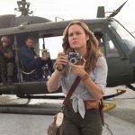 """ブリー・ラーソン演じる""""反戦カメラマン""""が出会う人生最大のスクープとは―『キングコング:髑髏島の巨神』新場面写真解禁"""