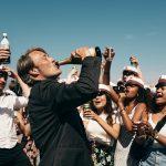 マッツ・ミケルセンが呑んで、踊る!人生に祝杯を―『アナザーラウンド』〈予告編〉解禁