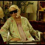 デカすぎるサングラスに偏屈な態度・・・その正体は?―『トッド・ソロンズの子犬物語』エレン・バースティン出演の本編映像