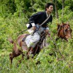 井手麻渡が自身初の乗馬シーンで颯爽と駆け抜ける!―『ある町の高い煙突』〈特別映像〉解禁