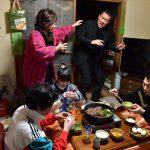 """""""いい鍋の日""""記念ですき焼き鍋を囲む5人の姿に注目―『嘘八百』新場面写真解禁"""