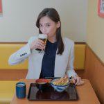 大政絢が実在の有名飲食チェーン店でひとり飲みライフを謳歌!―WOWOWオリジナルドラマ『ひとりで飲めるもん!』放送・配信決定