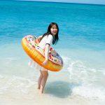 沖縄の海で天真爛漫にはしゃぐ姿に注目!―久間田琳加「週刊プレイボーイ」で16ページにわたって特集