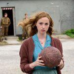 《本日が27歳の誕生日》今後の活躍に注目の女優フレイア・メーバー―『キーパー ある兵士の奇跡』〈場面写真〉解禁
