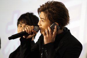 AKIRAに電話する岩田剛典