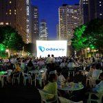新宿高層ビル街の公園で食事をしながら楽しめる初の映画上映イベント開催!